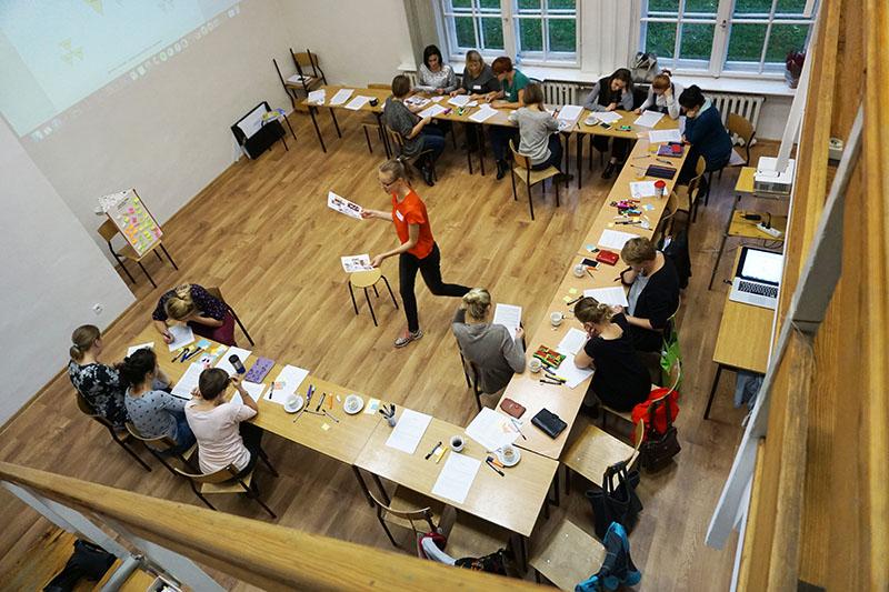 Na zdjęciu - pracujące przy stołach uczestniczki zajęć.