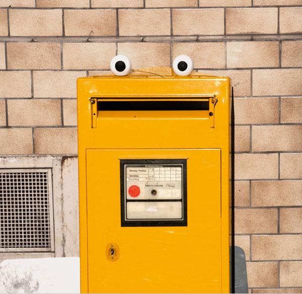 Także żółta skrzynka pocztowa dostała piłeczkowe oczy. Jej otwór stał się paszczą stwora.