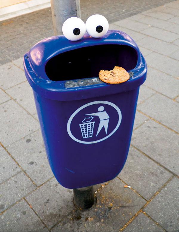 Niebieski śmietnik plus oczy z piłeczek pingpongowych - i oto mamy Ciasteczkowego Potwora na ulicy. :)