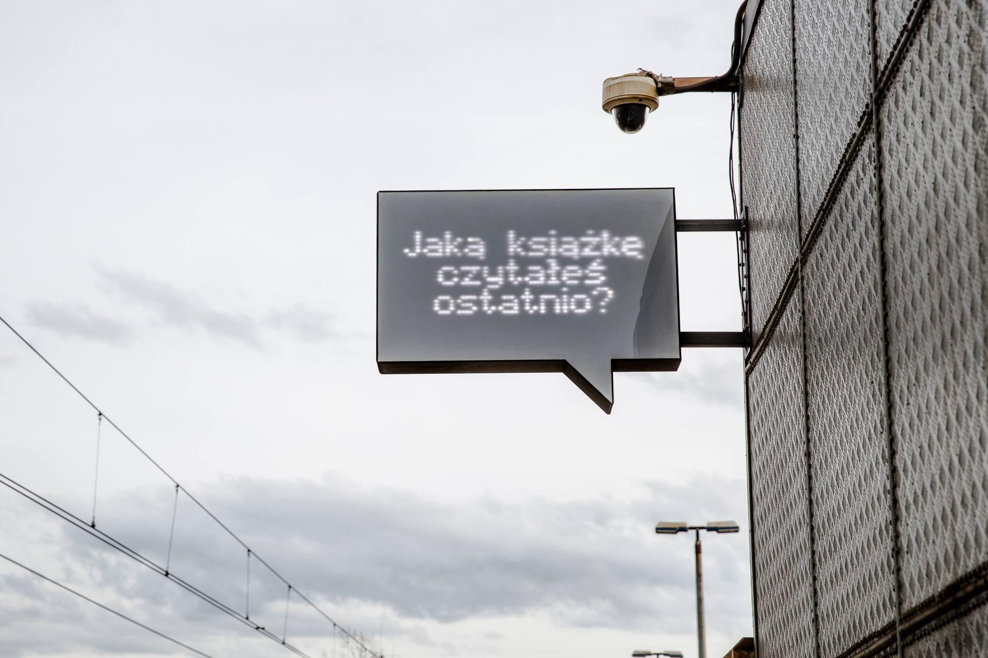 """Na zdjęciu widać ekran w kształcie dymku z tekstem. Na ekranie wyświetlane jest pytanie """"Jaką książkę czytałeś ostatnio""""?"""