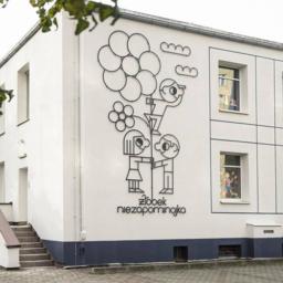 Na zdjęciu - dekoracja na budynku Żłobka Niezapominajka. Jedna z inicjatyw Traffic Design.