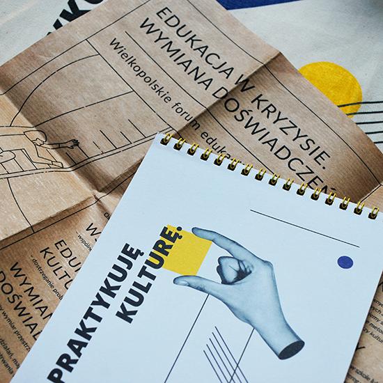 Zdjęcie materiałów drukowanych z dwóch edukacyjnych wydarzeń - forum i konferencji.
