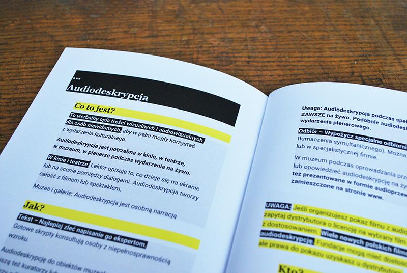 Zdjęcie rozkładówki Narzędziownika - framenty publikacji dotyczące audiodeskrypcji.