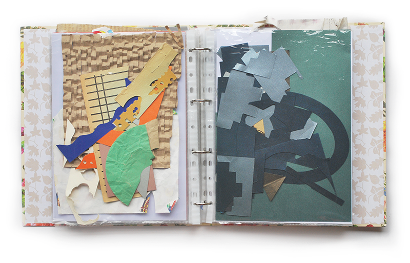 Zdjęcie przedstawia segregator ze skrawkami różnych papierów w foliowych koszulkach.