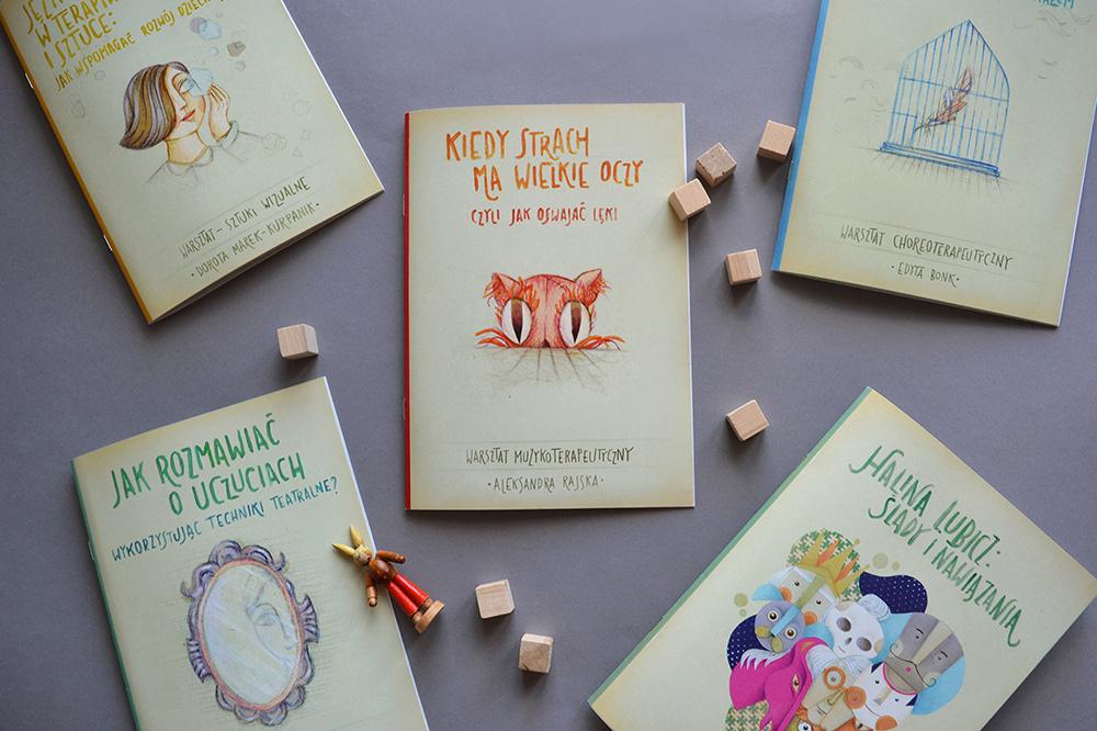 Zdjęcie przedstawia okładki zeszytów edukacyjnych z Lubuskiego Teatru. Na każdej z nich jest malowana ilustracja.