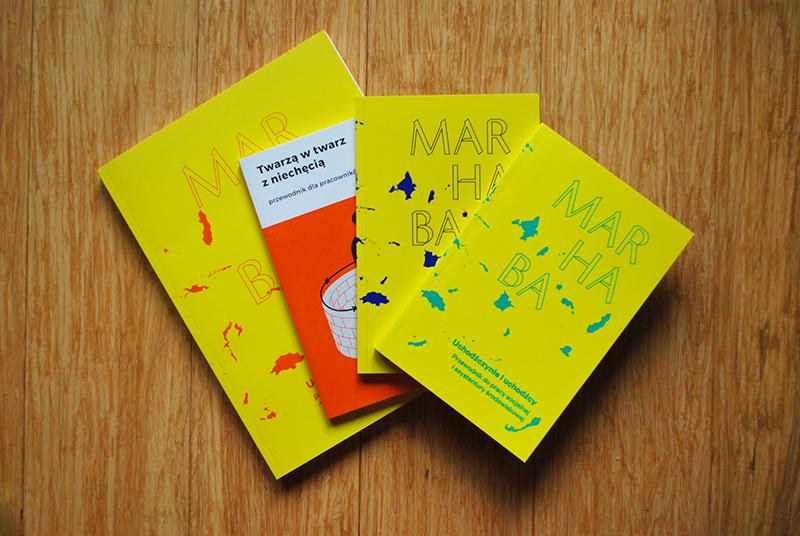 Na zdjęciu - okładki publikacji Stowarzyszenia Nomada (żółte i pomarańczowa). Wszystkie publikacje cyfrowe przedstawione w poście dostępne są także w wersji papierowej.
