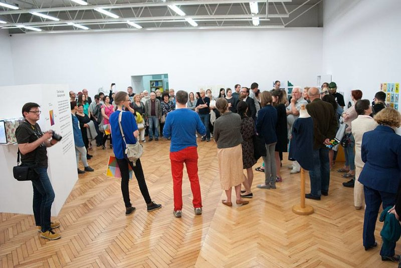 Na zdjęciu - sala galerii BWA, wypełniona gośćmi. Wernisaż wystawy Cross the b/order. Ilustracja bez granic.