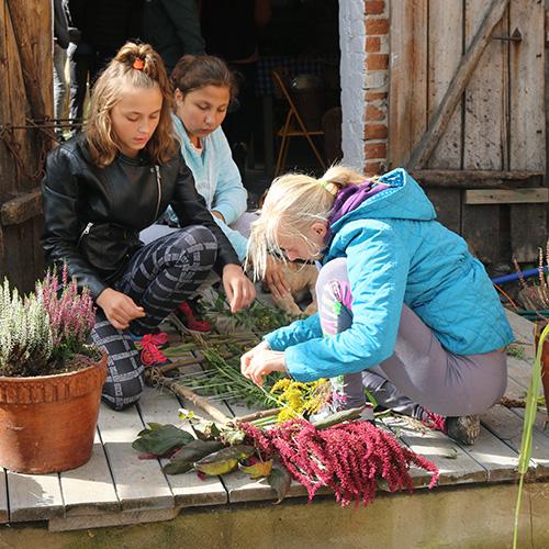Na okładce - zdjęcie przedstawiające dziewczynki, porządkujące rośliny na ganku.