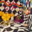 Na zdjęciu - zaskakująca kształtami i kolorami przestrzeń galerii Tworzę się - ściany we wzory, dzieci w maskach.
