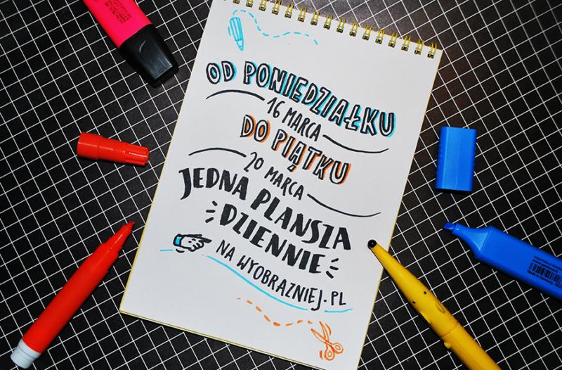 """Na zdjęciu - ozdobny napis w notesie, informujący o akcji """"Jedna plansza dziennie""""."""