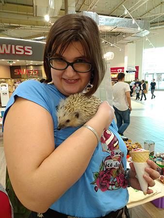 Na zdjęciu - Barbara Włodarczyk przytulająca małego jeża.
