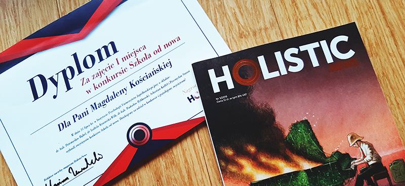 """Na zdjęciu widać dyplom potwierdzający wygraną w konkursie """"Szkoła od nowa"""" oraz okładkę magazynu Holistic News."""