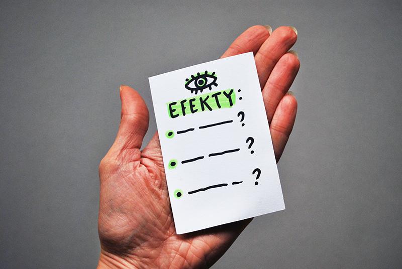 """Na zdjęciu widać dłoń trzymającą kartkę z napisem """"Efekty"""" i kilkoma punktami zakończonymi znakiem zapytania."""