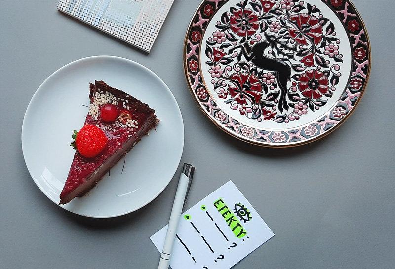 """Na zdjęciu - kawałek ciasta, ozdobny talerzyk i notatka z napisem """"Efekty""""."""