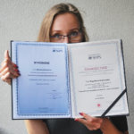 Na fotografii - autorka trzymająca dyplom.